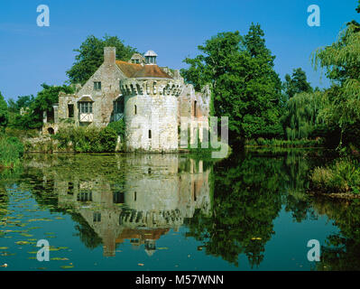 Scotney Old Castle, built in the 14th century and remaining as a feature in the grounds of the 19th century New - Stock Photo