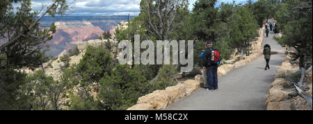 Grand Canyon National Park Rim Trail (South Rim) . Along the Rim Trail between Verkamps and the Yavapai Museum of - Stock Photo