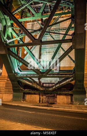 Newcastle upon Tyne Quayside, Tyne Bridge at night. - Stock Photo