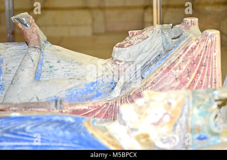 The 800 year old tomb of Eleanor of Aquitaine next to her husband King Henry II of England, showing Eleanor reading - Stock Photo