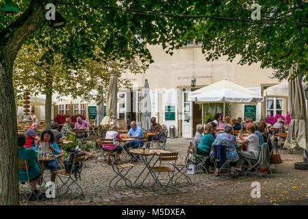 Die Hall burg inmitten der Weininsel zwischen Volkach und Sommerach mit rustikaler Gastronomie - Stock Photo
