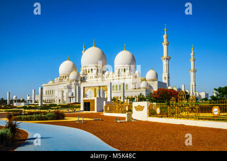 The imposing Sheikh Zayed Grand Mosque in Abu Dhabi - Stock Photo