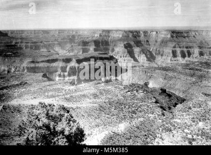 Grand Canyon Crazy Jug Point . VIEW OF CANYON SOUTH FROM CRAZY JUG POINT. CIRCA 1910. - Stock Photo