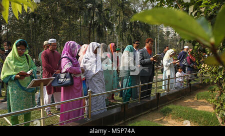 Dhaka, Bangladesh. 25th February, 2018. Members and families of the victims' say their prayers and lay flowers on - Stock Photo