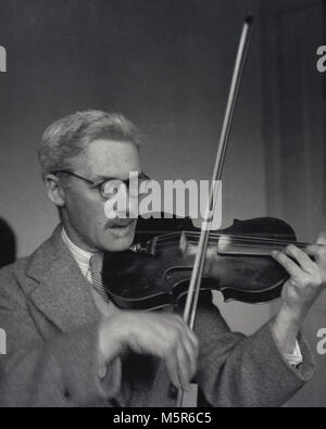 1950s, historical, violinist, a close-up picture showing a gentleman in a jacket and tie playing the violin, England, - Stock Photo