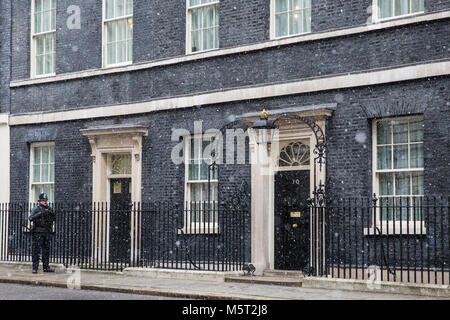 London, UK. 26th February, 2018. Snow swirls across the front door of 10 Downing Street. Credit: Mark Kerrison/Alamy - Stock Photo