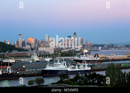 WA13737-00...WASHINGTON - The final rays of the setting sun hitting the highrises of downtown Seattle viewed from - Stock Photo