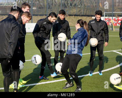 20 February 2018, Germany, Oberhausen: Duygu Erdogan (2nd R), assistant coach of soccer club Rot-Weiss Oberhausen, - Stock Photo