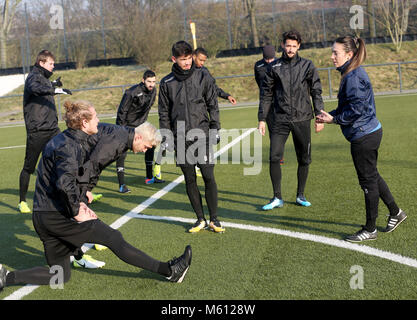20 February 2018, Germany, Oberhausen: Duygu Erdogan (R), assistant coach of soccer club Rot-Weiss Oberhausen, supervises - Stock Photo
