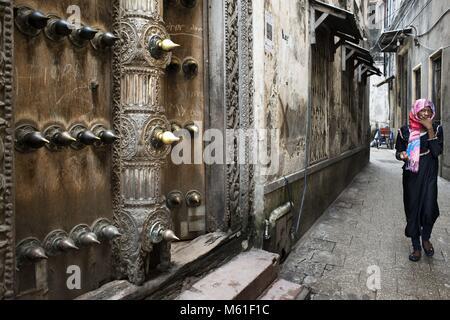 The massive teak doors of one house in Stone Town s maze of narrow streets, Zanzibar, Tanzania. | usage worldwide - Stock Photo