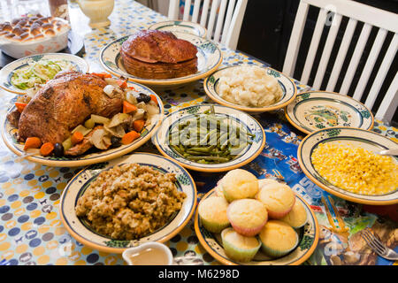Thanksgiving dinner table setting - USA - Stock Photo & Thanksgiving dinner table setting - USA Stock Photo: 175843045 - Alamy