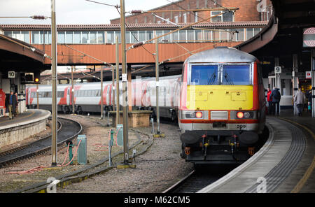 Intercity 225 loco heading north from platform 9, York Station for Edinburgh - Stock Photo