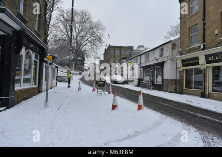 Leeds, UK. 28th Feb, 2018. UK Weather: Mororists face snowy hazards in West Leeds on the route to work in the N - Stock Photo