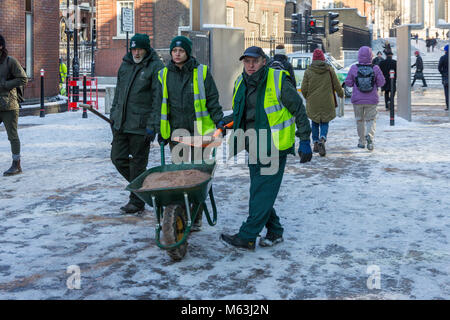 London, UK. 28th Feb, 2018.  Council Workers gritting Peter's Hill, the path between the Millennium Bridge and St - Stock Photo