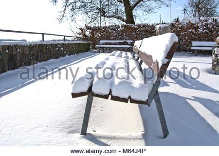 Der Winter zeigt sich zum Ende in Schleswig nochmal von seiner heftigen, aber schönen Seite. Detail einer Sitzbank - Stock Photo