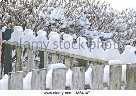 Der Winter zeigt sich zum Ende in Schleswig nochmal von seiner heftigen, aber schönen Seite. Detail eines Zauns - Stock Photo