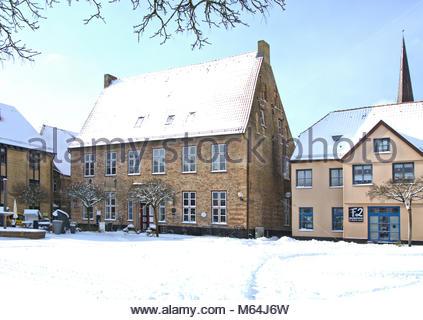 Der Winter zeigt sich zum Ende in Schleswig nochmal von seiner heftigen, aber schönen Seite. Die Alte Apotheke auf - Stock Photo