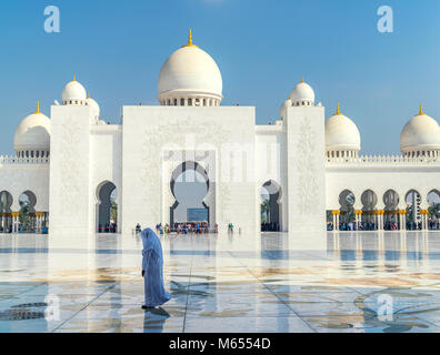 28th December 2017 - Abu Dhabi, UAE. Sheikh Zayed Grand Mosque is a masterpiece of modern Islamic architecture and - Stock Photo