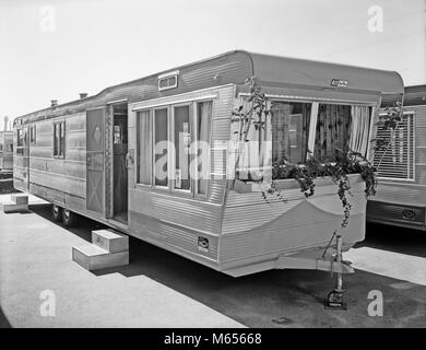 1950s MOBILE HOME IN TRAILER PARK - by007177 CAM001 HARS OLD FASHIONED - Stock Photo