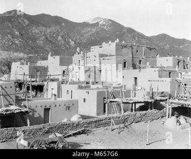 1930s VIEW OF ADOBE BUILDINGS AND ARCHITECTURE OF TAOS PUEBLO NEW MEXICO USA - i1437 HAR001 HARS UNESCO WORLD HERITAGE - Stock Photo