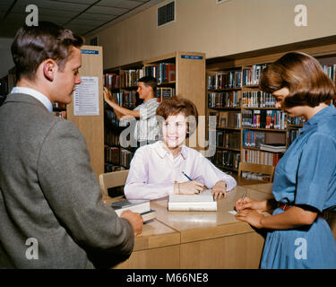 1960s TEEN STUDENTS IN HIGH SCHOOL LIBRARY - ks2116 HAR001 HARS INFORMATION CAUCASIAN LIFESTYLE FEMALES COMMUNICATING - Stock Photo