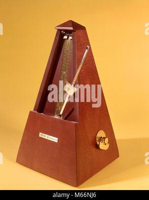 1970s WOODEN METRONOME KEEPING TIME - ks7586 HAR001 HARS BEATS BEATS PER MINUTE BPM CLICK CLICKING EVEN GADGET GIZMO - Stock Photo