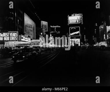 1940s TIMES SQUARE AT NIGHT BROADWAY 45TH STREET CIRCA 1947 NEON MARQUEES MOVIE THEATERS TAXIS MANHATTAN NYC USA - Stock Photo