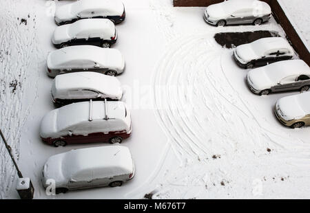 Leeds, UK. 28th Feb, 2018. Car seen being covered in snow.Freezing weather conditions dubbed the 'Beast from the - Stock Photo