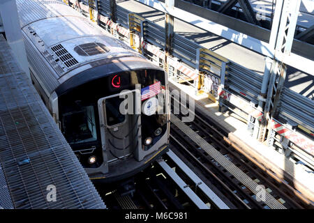 New York, NY, US. 2nd. Mar, 2018. Commuter train crossing the Williamsburg Bridge over the East River in New York - Stock Photo