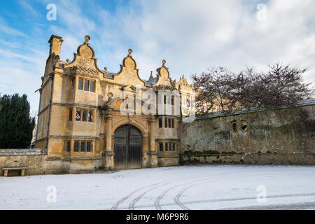 Stanway house gatehouse in the winter snow. Stanway, Cotswolds, Worchestershire, England - Stock Photo