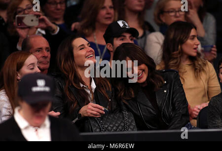 New York, USA. 5th March, 2018. Brooke Shields and Mariska Hargitay share a laugh at court side during the Tie Break - Stock Photo