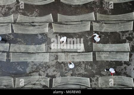 Suiyang. 6th Mar, 2018. Workers prepare partly finished hollow noodles for an airing process at a noodle-making - Stock Photo