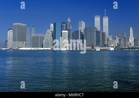 1989 HISTORICAL TWIN TOWERS (©MINORU YAMASAKI 1973) DOWNTOWN SKYLINE EAST RIVER NEW YORK CITY USA - Stock Photo