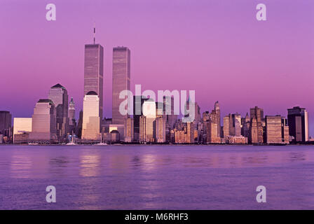 1989 HISTORICAL TWIN TOWERS (©MINORU YAMASAKI 1973) DOWNTOWN SKYLINE HUDSON RIVER NEW YORK CITY USA - Stock Photo