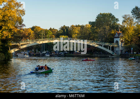People paddle in the river Spree along Treptower Park and the Isle of Youth, Berlin 2017. - Stock Photo