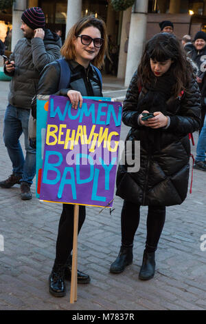 London, UK. 8th March, 2018. Women stand in solidarity with Royal Opera House cleaners belonging to the CAIWU trade - Stock Photo