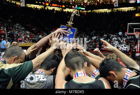 Albuquerque, NM, USA. 10th Mar, 2018. Members of Hope High hoist the championship trophy after beating Bernalillo 81-52 for the 4A championship. Saturday, March. 10, 2018. Credit: Jim Thompson/Albuquerque Journal/ZUMA Wire/Alamy Live News