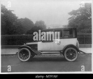 Taxicabs in Washington, D.C. - 'Black & White' behind White House LCCN2001706161 - Stock Photo