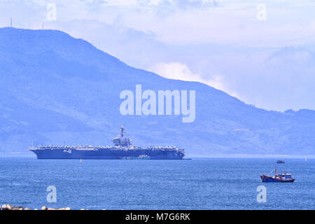 The USS Carl Vinson (CVN-70), the US Navy's nuclear-powered Nimitz-class aircraft carrier, pulls into port in Danang - Stock Photo