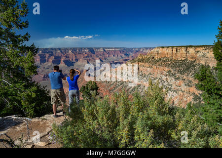 Couple enjoying the view of the Grand Canyon from Pipe Creek Vista, Arizona, USA - Stock Photo