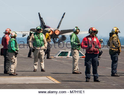 """McDonnell Douglas FA-18C Hornet. PACIFIC OCEAN (May 17, 2017) An F/A-18C Hornet from the """"Blue Blasters"""" of Strike - Stock Photo"""
