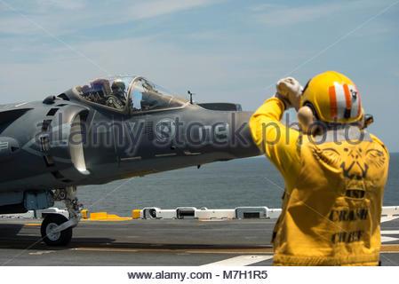 McDonnell Douglas (now Boeing) AV-8B Harrier. ATLANTIC OCEAN (July 16, 2017) Chief Aviation Boatswain's Mate (Handling) - Stock Photo