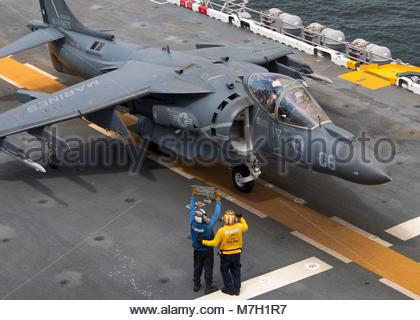 McDonnell Douglas (now Boeing) AV-8B Harrier. ATLANTIC OCEAN (July 16, 2017) Aviation Boatswain's Mate (Handling) - Stock Photo