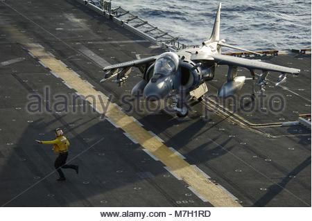 McDonnell Douglas (now Boeing) AV-8B Harrier. PACIFIC OCEAN (July 16, 2017) Aviation Boatswain's Mate (Handling) - Stock Photo