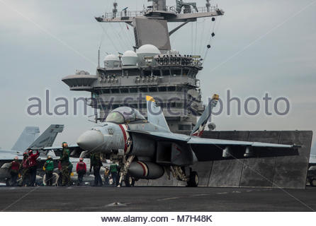 """Boeing FA-18E Super Hornet. PACIFIC OCEAN (May 10, 2017) A F/A-18E Super Hornet assigned to the """"Bounty Hunters"""" - Stock Photo"""