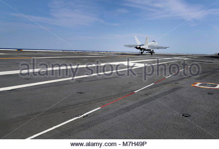 """Boeing FA-18E Super Hornet. OCEAN (June 3, 2017) An F/A-18E Super Hornet from the """"Pukin Dogs"""" of Strike Fighter - Stock Photo"""