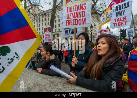 London, UK. 10th March 2018. People hold placards and flags at the rally before the annual Tibet freedom march in - Stock Photo