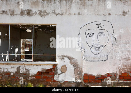 Badly drawn face / portrait of Che Guevara on wall of abandoned building, Patacamaya, La Paz Department, Bolivia - Stock Photo