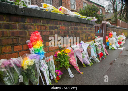 Knotty Ash, Liverpool, UK. 13th March, 2018. Floral tributes continue to be placed outside Ken Dodds Liverpool home - Stock Photo