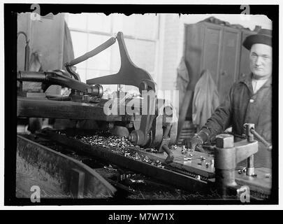 NAVY YARD, U.S., WASHINGTON. DISCS AND WORK ON THEM LCCN2016868698 - Stock Photo